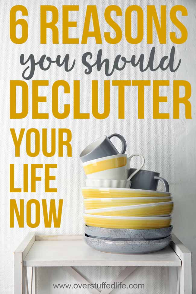 Looking for REASONS to CLEAR THE CLUTTER from your home and life? The benefits of DECLUTTERING are too big to ignore. Check out these 6 amazing reasons you should START DECLUTTERING today!