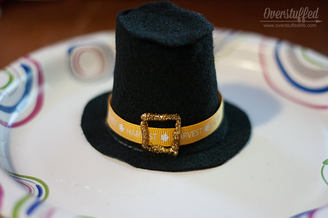 Make cute pilgrim hats for Thanksgiving place cards. An easy Thanksgiving craft that the kids can help with, too.