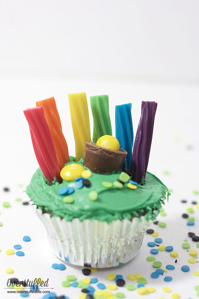 Easy St. Patrick's Day cupcake idea | decorate cupcakes for St. Paddy's Day | Green cupcakes | pot of gold treat idea | rainbow cupcakes for St. Pat's Day | how to make St. Patrick's Day cupcakes | Fun treat for St. Patrick's Day
