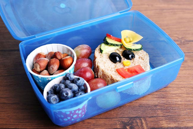 Packing school lunches is a drag. Use these tips and tricks to make it easy for your kids pack healthy school lunches all by themselves.