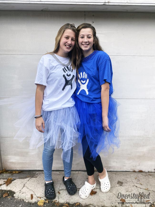 Does your teen daughter love the whole VSCO Girl movement? Make this easy DIY VSCO girl Hydroflask costume for an easy, fun, and unique Halloween costume this year!